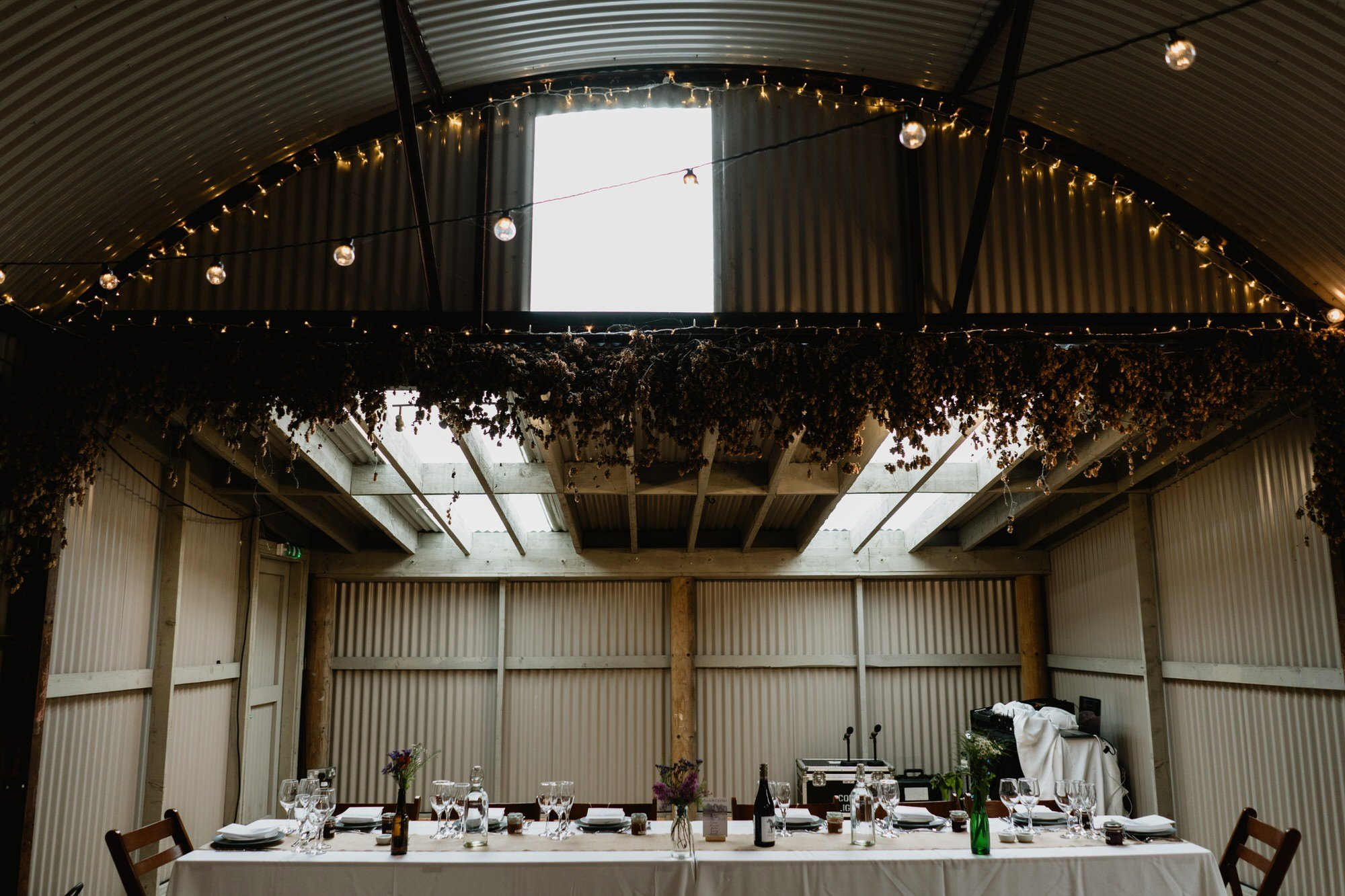 032 TIN SHED TOP TABLE SET UP KNOCKRAICH WEDDING AUSTRIAN SCOTTISH ZOE ALEXANDRA PHOTOGRAPHY
