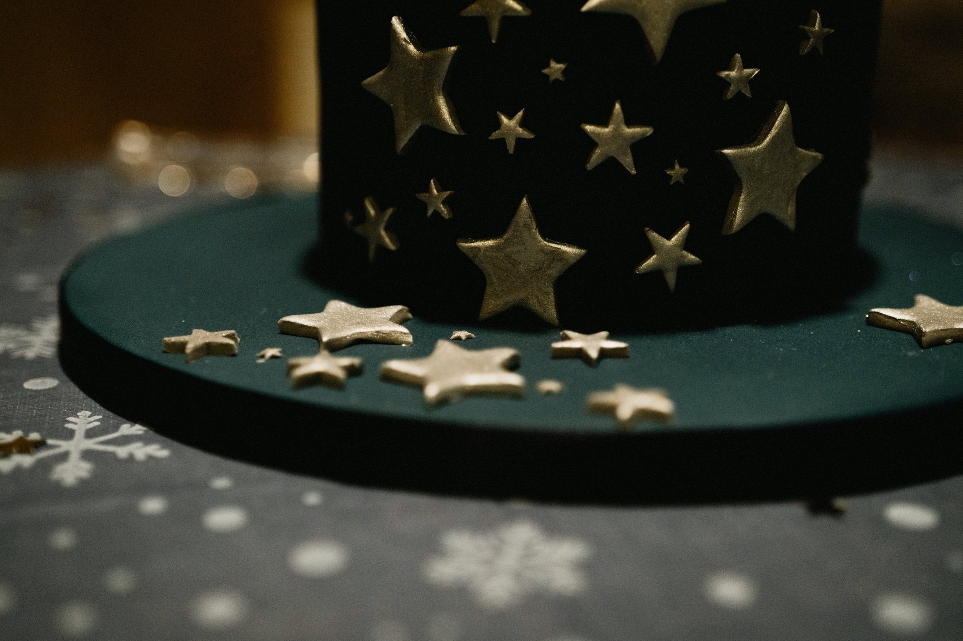 dark blue cake with silver stars
